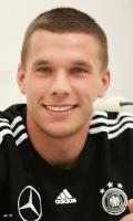 Uśmiechnięty Łukasz Podolski w czarnym dresie