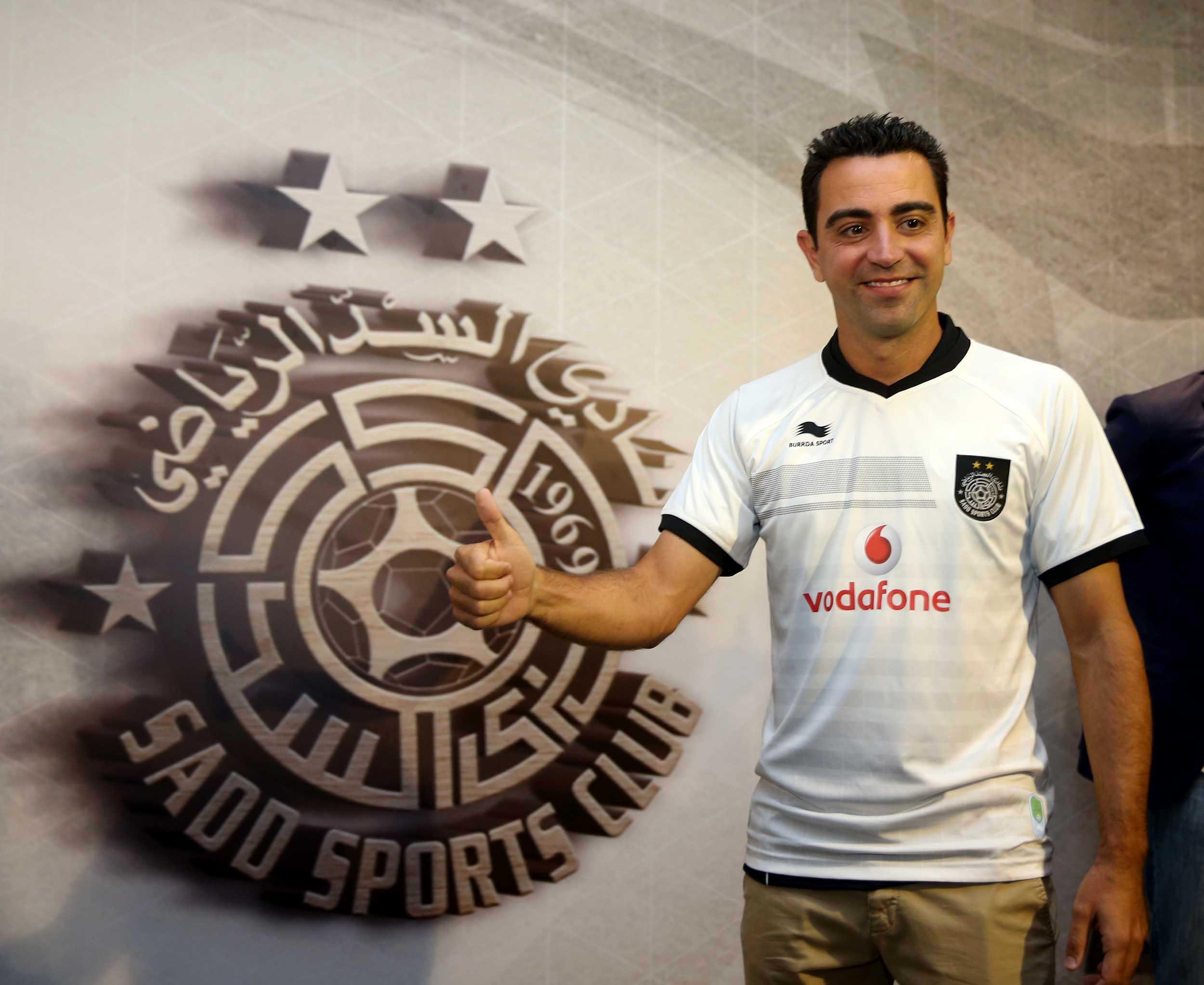 Xavi Hernandez przy logo klubu Al Sadd