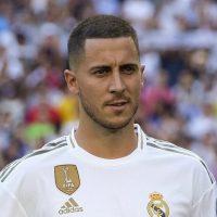 Młody Eden Hazard w koszulce Realu Madryt na tle piłkarskiego stadionu