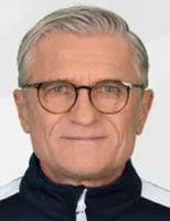 Adam Nawałka w siwych włosach i ciemnych okularach przodem do obiektywu