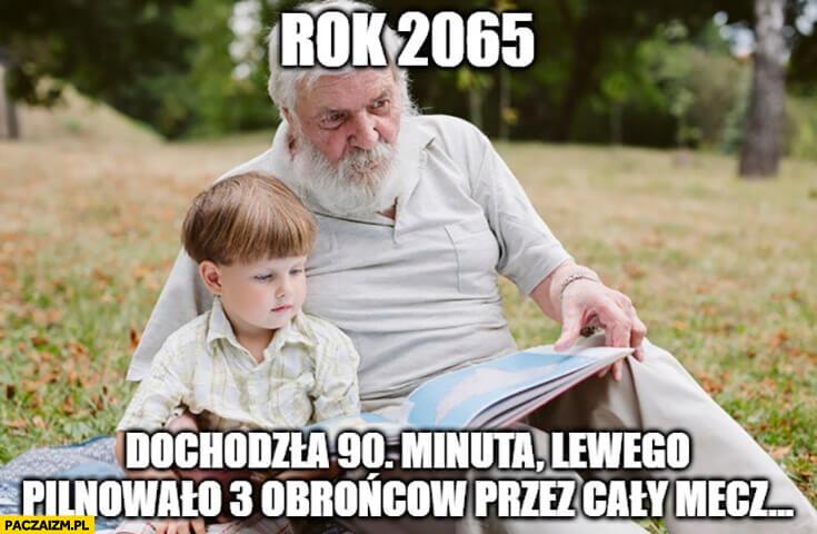 Dziadek czyta wnukowi na trawie w roku 2065 książkę w której dochodziła 90. minuta a Lewego pilnowało 3 obronców przez cały mecz