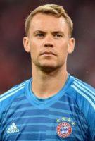 Manuel Neuer w granatowo niebieskiej koszulce z logiem FC Bayern
