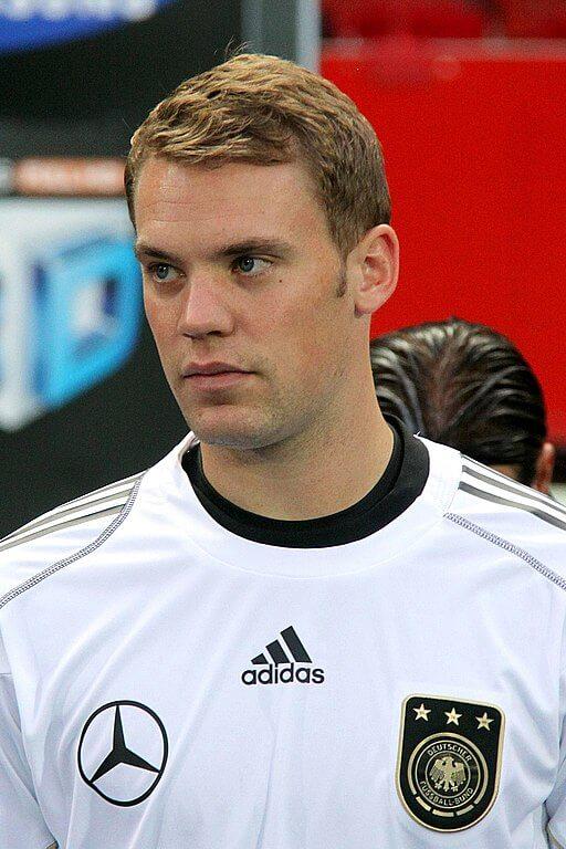 Manuel Neuer w biało czarnej koszulce Niemiec