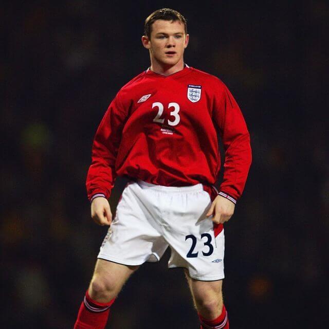 Młody Wayne Rooney w czerwono białym stroju Anglii z numerem 23