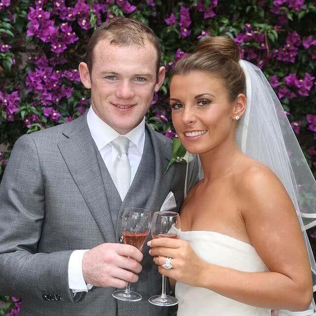 Wayne Rooney i Coleen Mary McLoughlin trzymają kieliszki na przyjęciu weselnym
