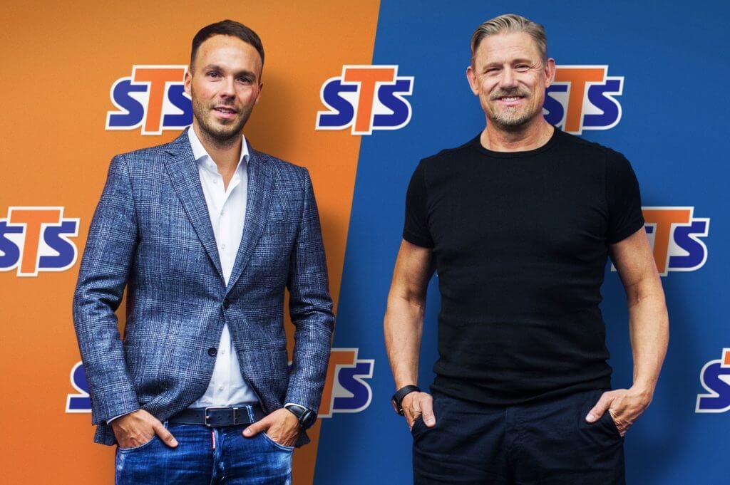 Mateusz Juroszek i Peter Schmeichel na tle pomarańczowo granatowej ścianki STS